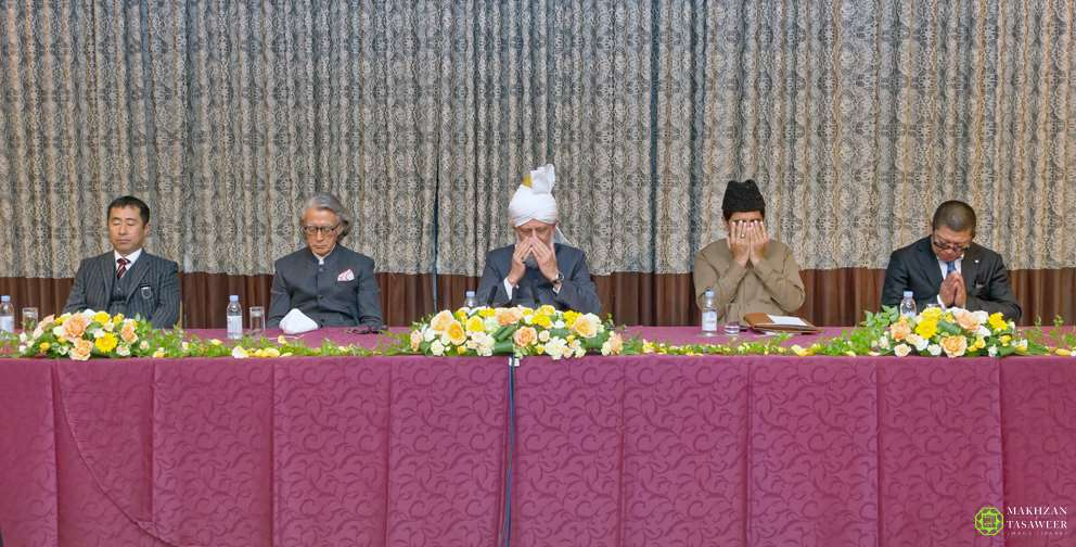 His Holiness Mirza Masroor Ahmad leading silent prayer